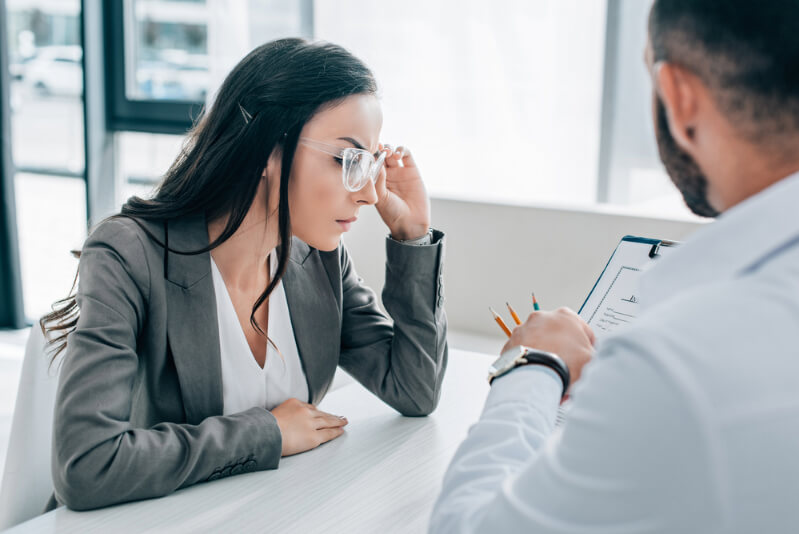 Frau mit Versicherungsantragsformular